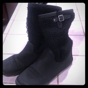 BLACK sweater uggs.